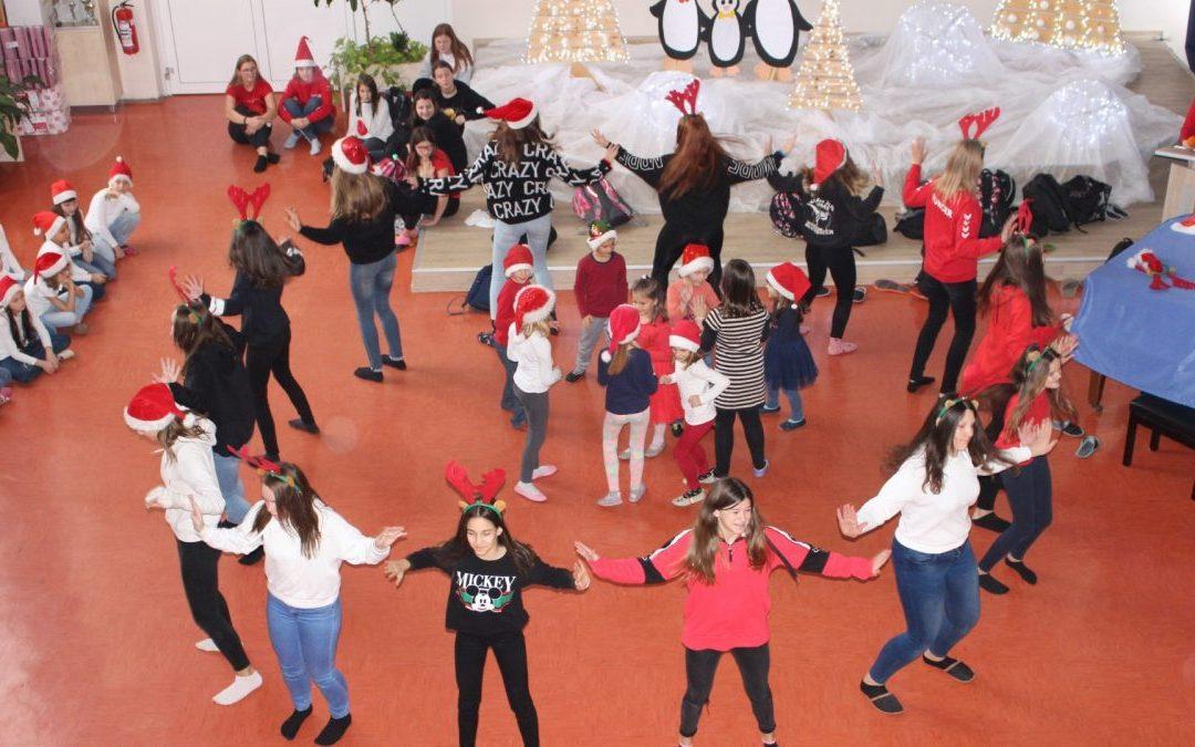 Božični plesi v avli šole